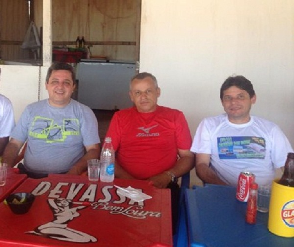 Jair Farias, prefeito de Sítio Novo; Iderval Silva, deputado e Régis prefeito de Itaguatins durante este final de semana na Praia Remando dos Botos