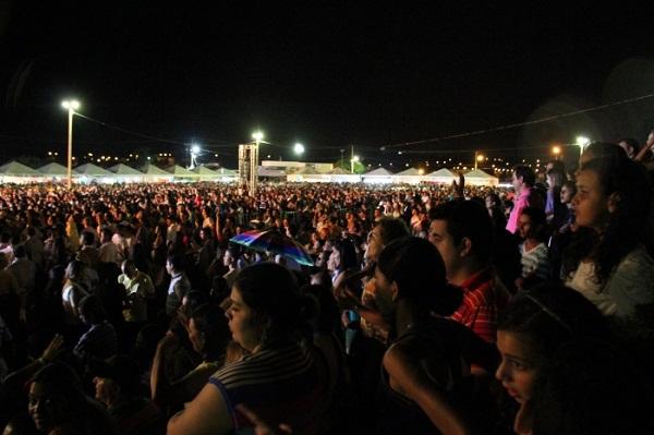 Abertura da praia de Porto Nacional com show de Paula Fernandes reuniu 50 mil pessoas