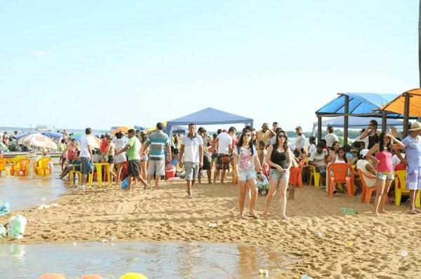 Nível do rio Araguaia ainda não baixou como o de costume nessa época, mas praia está movimentada