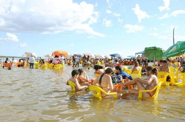 9cd22c8376da Moradores de Araguatins e turistas aproveitam as águas do rio Araguaia para  se refrescarem