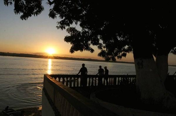 Nos fins de tarde em Araguatins, rio Araguaia ganha o colorido do por do sol