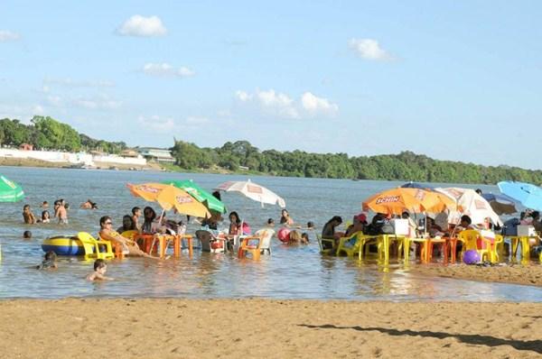 Com a cidade de Araguatins ao fundo, Banhistas aproveitam fim de semana em Araguatins