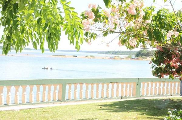 Paisagem da orla do rio Araguaia, em Araguatins, encanta pela beleza