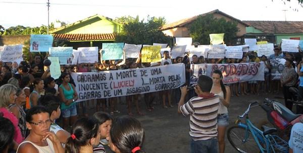 População com faixas e cartazes