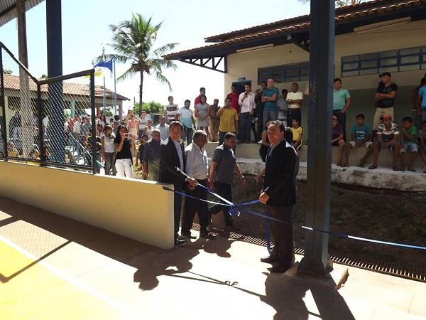Momento da inauguração da quadra poliesportiva, com a presença de poucas pessoas
