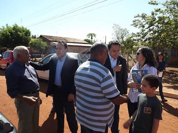 Já na Macaúba, João Oliveira e Danilo recebendo atenção apenas do prefeito Lindomar e da diretora de ensino Ulissevânia