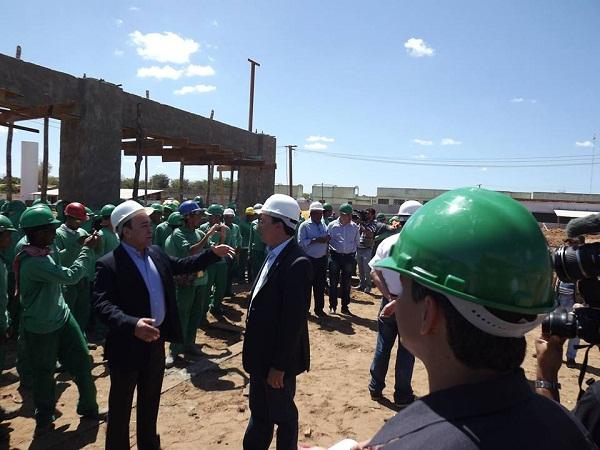 Trabalhadores da obra foram convocados para participar do evento e não deixar o vice-governador sozinho no evento