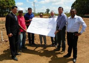 O titular da Susipe, André Cunha (segundo à direita), esteve em Parauapebas para vistoriar o início das obras de construção da nova unidade prisional