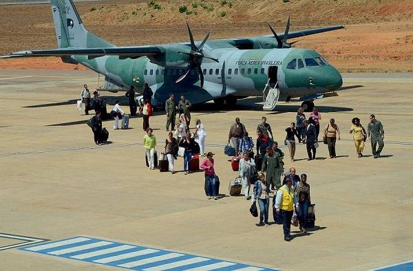 Profissionais do programa Mais Médicos ao desembarcarem do avião da FAB