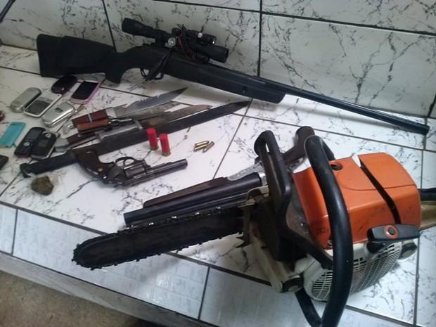 Facões, armas de fogo, maconha, 27 celulares e até mesmo uma motosserra foram apreendidas com o jovem
