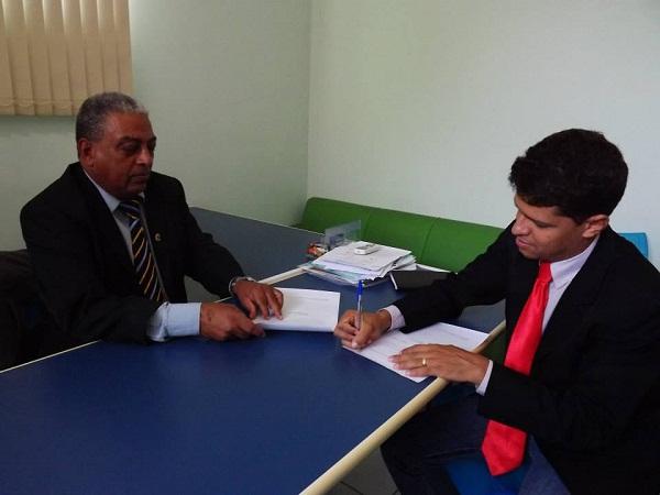 Sérgio Gomes entregando a desfiliação ao vereador Abraão