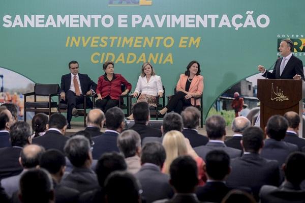 Dilma, ministros e prefeitos durante anúncio dos recursos nesta quinta-feira, em Brasília