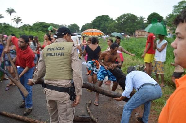 Polícia Militar, seguranças de Eduardo e manifestante no momento de desbloqueio da via