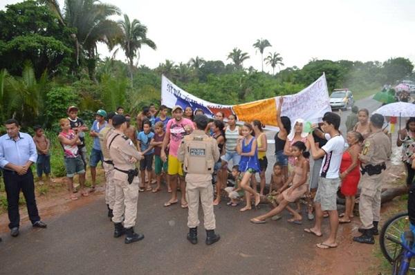 Manifestantes bloqueando estrada de acesso ao aeroporto no retorno de Fabion e Eduardo