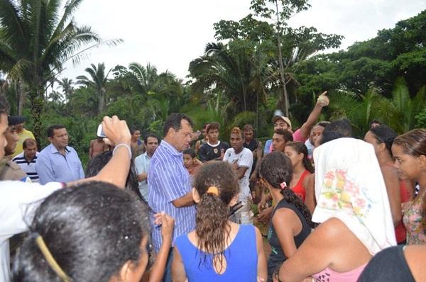 Sem Eduardo que ficou trancado no veículo, Fabion foi acompanhado de outros prefeito do Bico negociar com os manifestantes