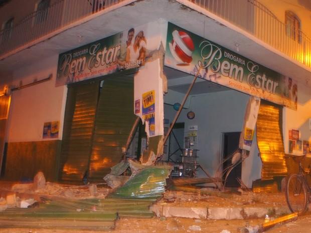 O primeiro dos acidentes praticamente destruiu a fachada de uma farmácia.