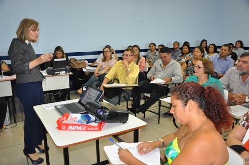 Dia 20 de novembro de 2012, visita da secretária Vanda Paiva à Augustinópolis para anunciar novo hospital para ser entregue em novembro de 2013.