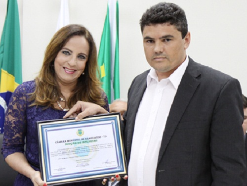 Presidente da Câmara, Rômulo Ferreira, entregando Moções de Aplausos