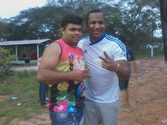 Alex Miranda ao lado do vocalista da Gasparzinho, Neto, logo após o show em Araguatins