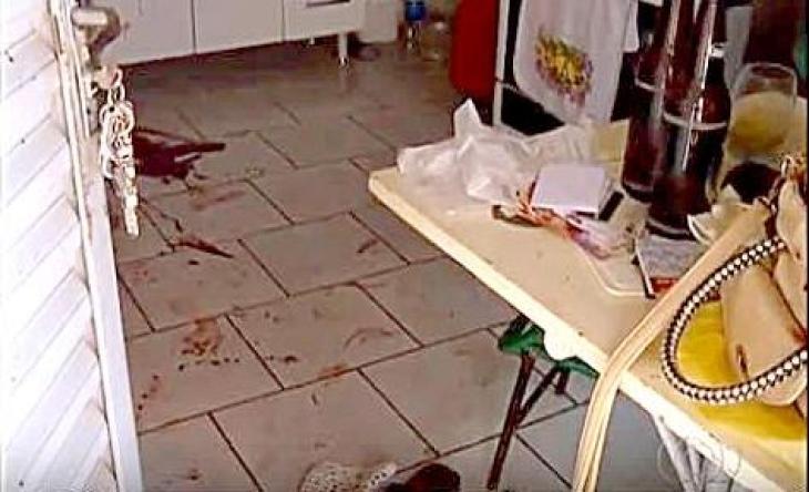 Marcas de sangue na quitinete onde Ana Lúcia foi morta