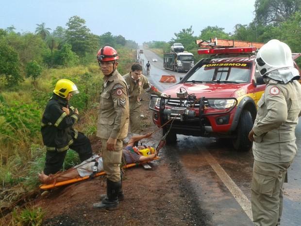 Motorista ficou preso na cabine e foi removido por bombeiros