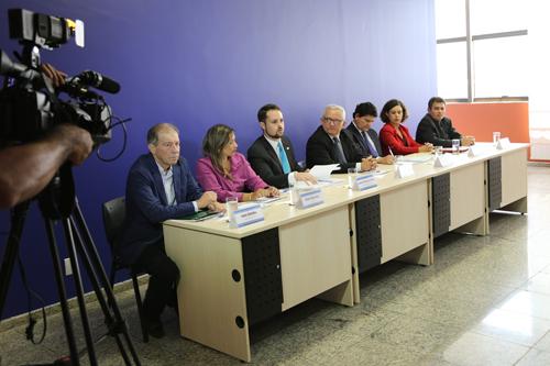 Autoridades durante coletiva de imprensa no TCE