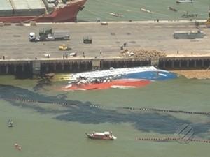 Mancha de óleo se espalhou nas águas após ruptura de barreira de contenção