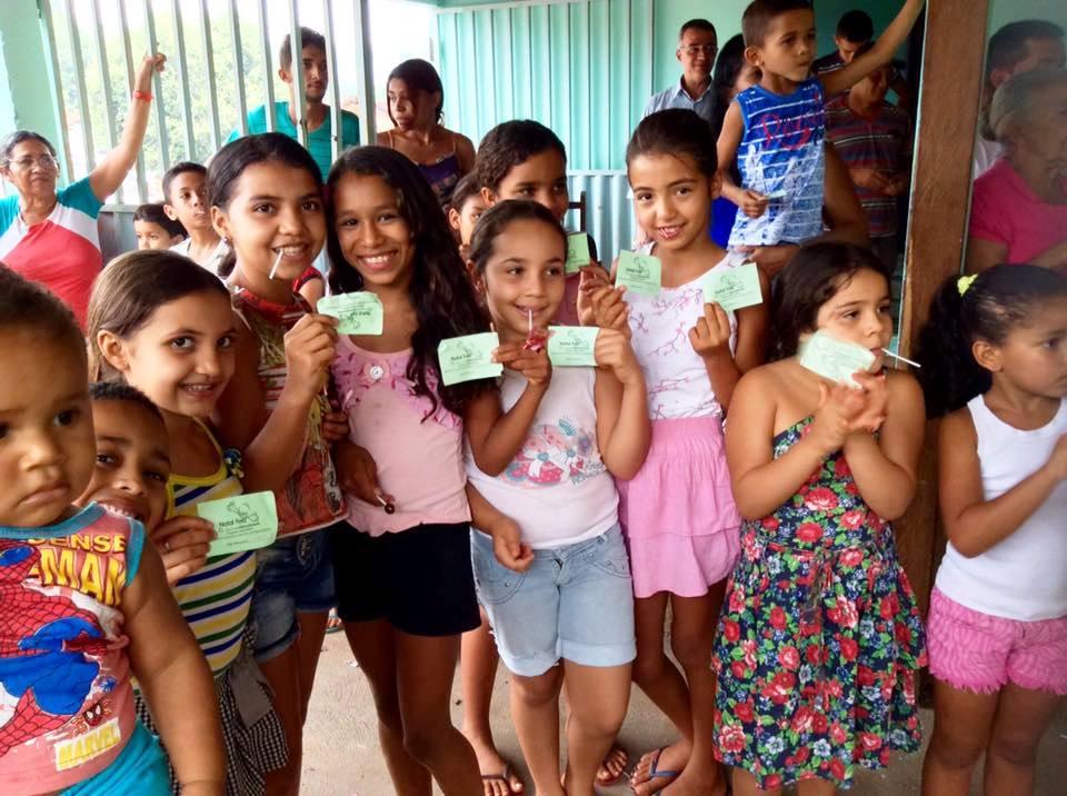 Crianças aguardando para receber presente de Natal no povoado Piaçava, município de Nazaré