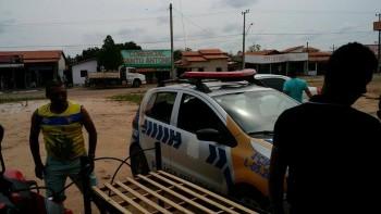 Policiais fazendo a mudanças após Manin expulsar a corporação