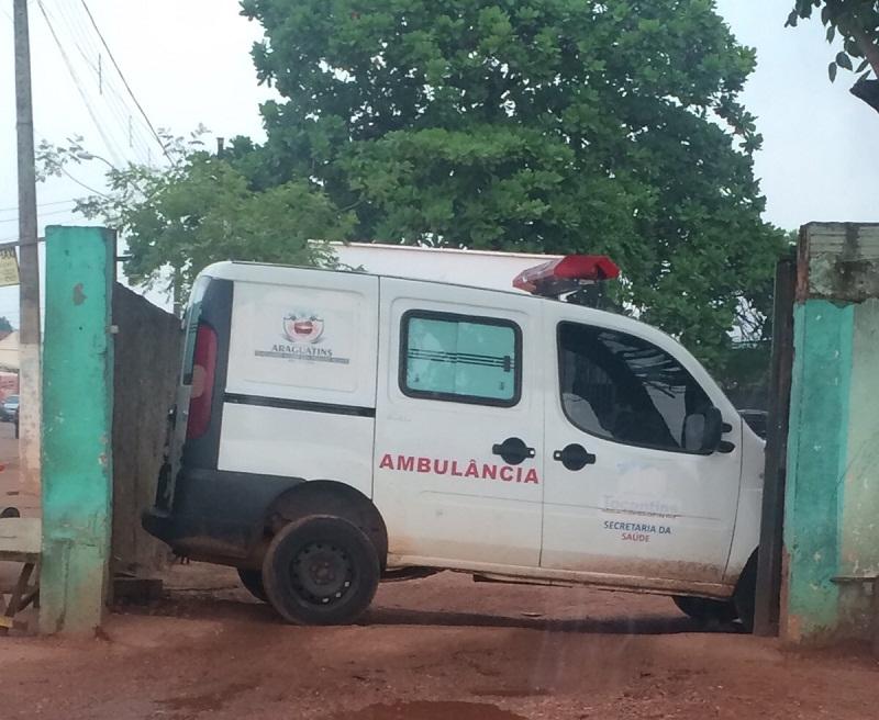 Ambulância bloqueia uma das saídas do hospital