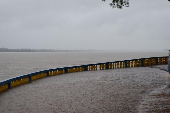 Água do Rio Tocantins invadindo caís em Tocantinópolis