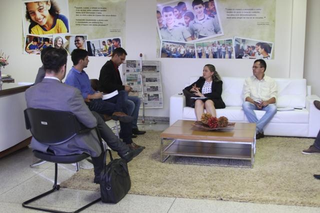Reitora Elizângela Glória Cardoso com o secretário Adão Francisco (Foto: Vivianni Asevedo/Ascom Unitins)