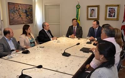 Governador Flávio Dino, ao lado de Carlos Brandão, durante cerimônia em que o vice-governador assumiu interinamente o comando do Estado. Foto: Karlos Geromy/Secom