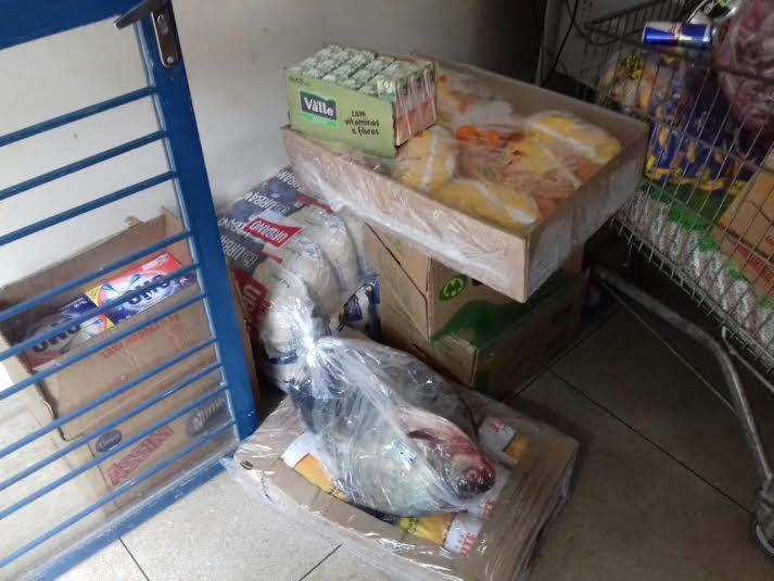 Alimentos, bebidas e carnes estavam entre os produtos furtados do supermercado.