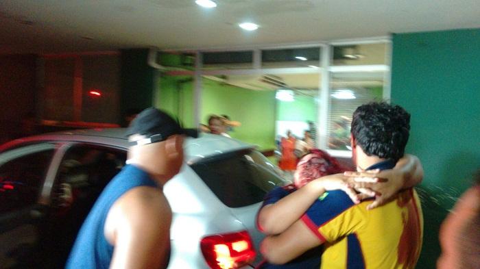 Mulher dando entrada no hospital em Imperatriz após o ataque