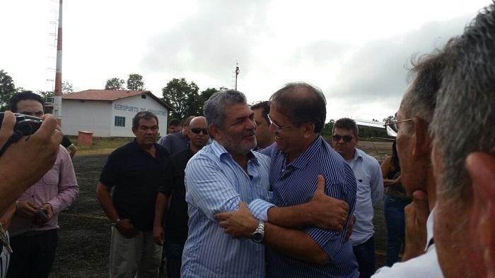 Apenas líderes políticos e funcionários públicos receberam o governador no aeroporto de Araguatins