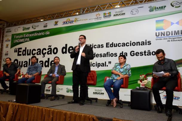 """""""É importante garantir a discussão das políticas públicas, a gestão democrática"""", destacou o secretário adjunto de ensino da Seduc, José Roberto Silva"""