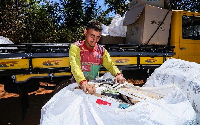 Paulo Henrique e a família trabalham com materiais recicláveis e querem formalizar uma coopertaiva