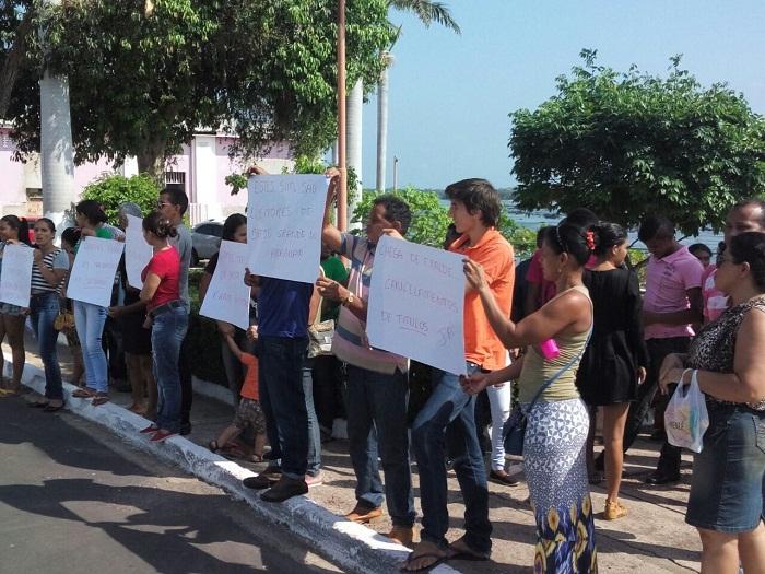 Moradores de Brejo Grande protestando contra transferências irregulares
