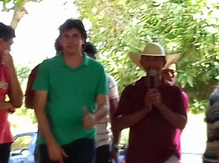 Antônio Conceição de chapéu em reunião ao lado de Marcos este final de semana no novo palanque