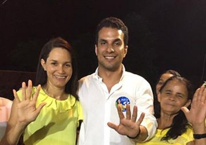 Rúbia Amorim, prefeita de Buriti do Tocantins, em comício com participação de Irajá.