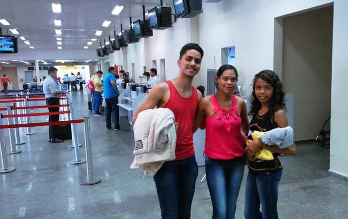 Bailarina Joselma Silva ao lado de sua mãe e do professor Dayron no embarque para SC, no aeroporto