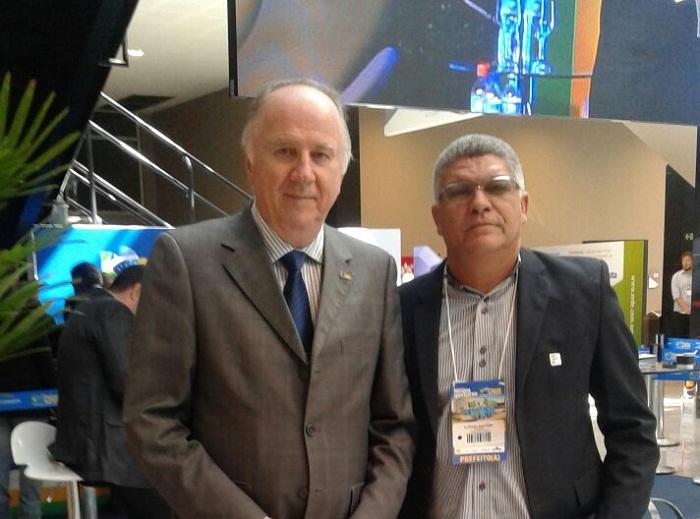 Cláudio Santana e presidente da CNM, Paulo Ziulkoski.