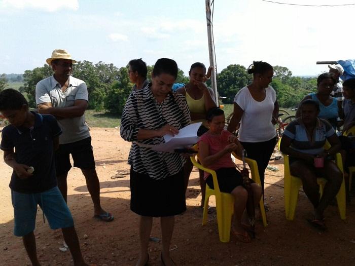 Deputada federal, Júlia Marinho (PSC), durante conversa com moradores no protesto neste domingo
