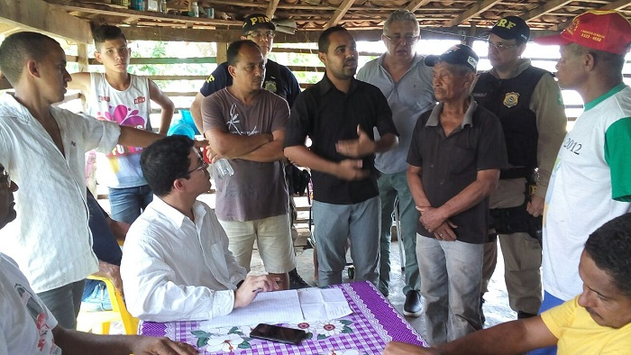 Momento da reunião entre moradores e representantes do Dnit e PRF