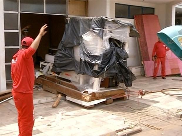 Bombeiros retiram máquina quebrada de unidade em Araguaína
